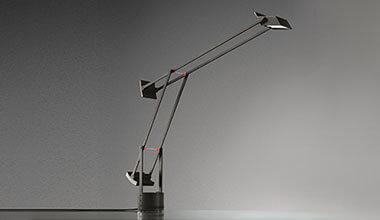 Lampe à poser de designer innovante Tizio