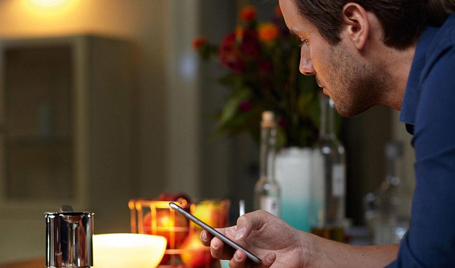 Petite lampe, grand effet, grâce aux ampoules Smart Home