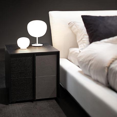 La lampe de chevet classique posée sur la table de nuit